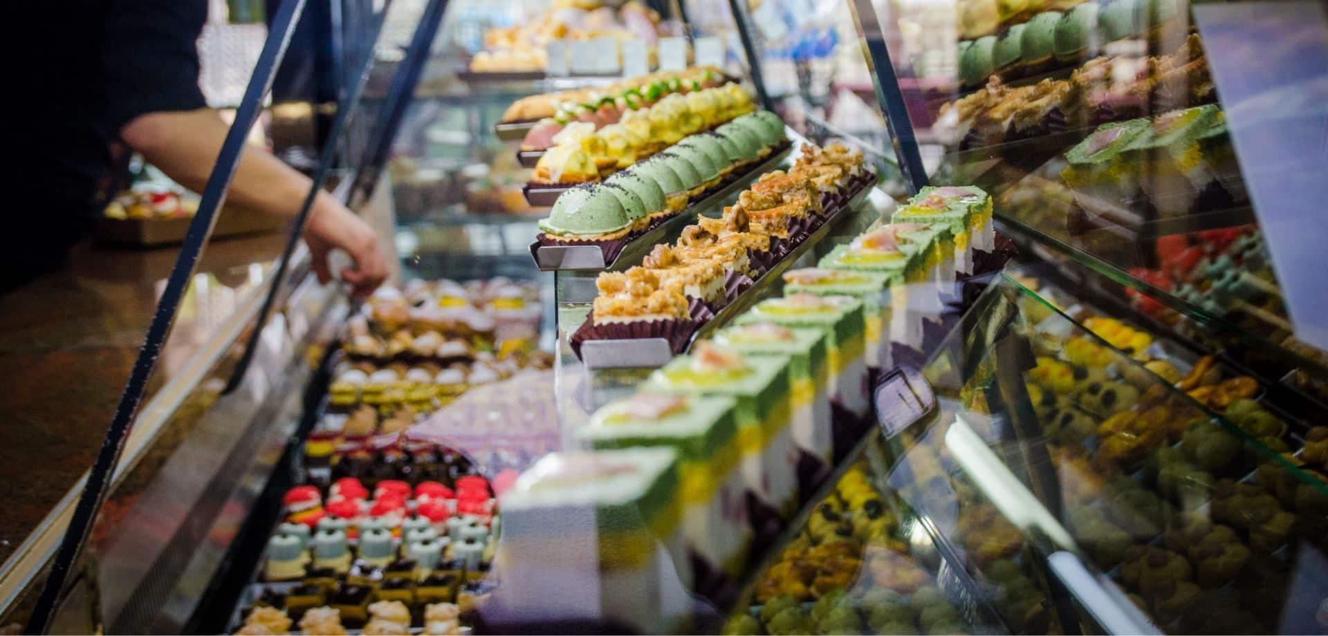 Degustazione dolci in pasticceria