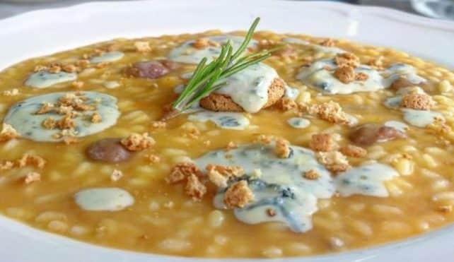 Il risotto con zucca, castagne, erborinato e amaretti